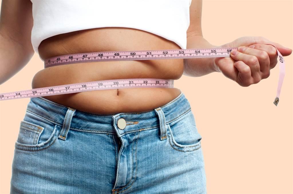 年節放鬆吃喝,年菜、零食、飲料吃不停,近4成的人過年體重平均增加1.7公斤。(達志影像/shutterstock)