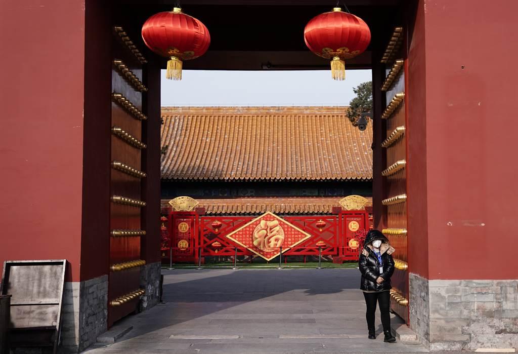 北京地壇公園閉園,工作人員戴口罩在門口值班。大陸文旅部已宣布27日起停止所有團隊旅遊業務,北京市文化和旅遊局將跟進。(圖/中新社)