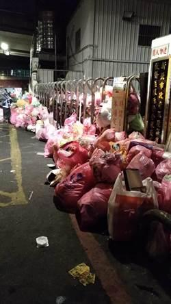 公德心?除夕晚垃圾停收 民眾卻把垃圾塞爆清潔隊