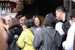 蔡英文蘆洲發紅包仍未戴口罩 現場「不握手、不拍照」