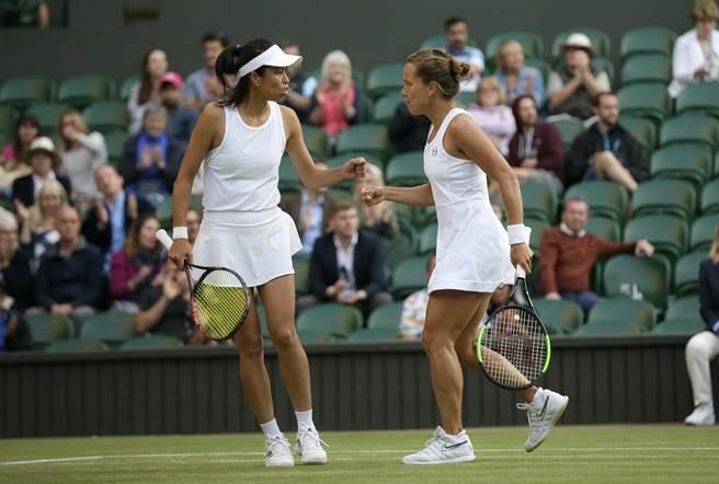 謝淑薇(左)與史崔可娃搭檔,於羅馬公開賽女雙晉級8強。(資料照/美聯社)