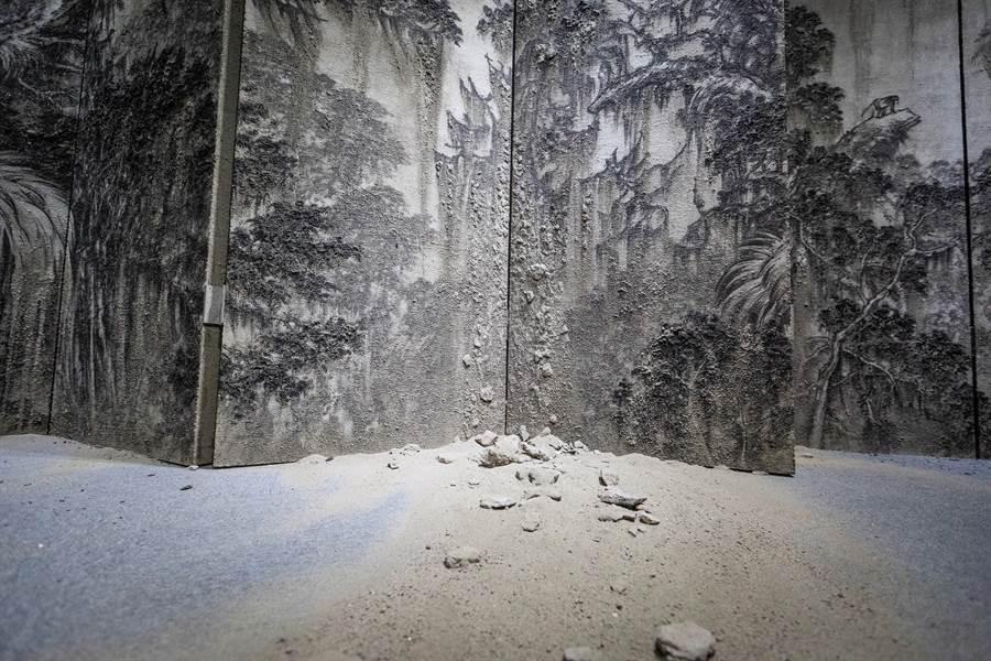 藝術家簡佑任作品「臺灣山海屏風—木靈」,以水泥臨摹日治時期畫家鄉原古統的畫作,警世意味濃厚。(袁庭堯攝)