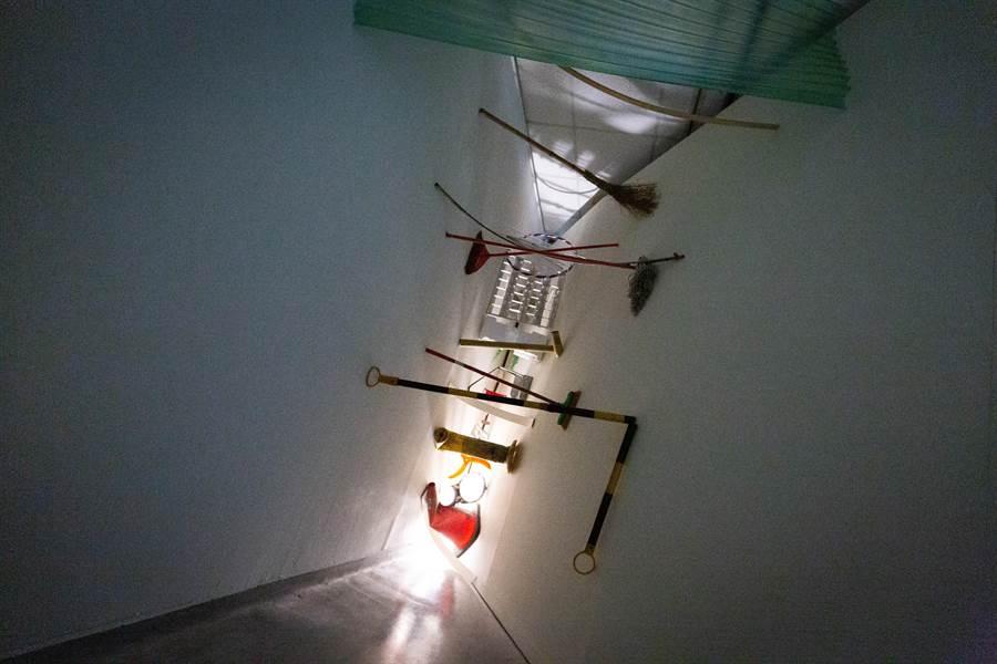 藝術家石孟鑫作品「A」,狹小空間內,各式物件卡在合適的位置,塑造出奇妙的壓迫感。(袁庭堯攝)