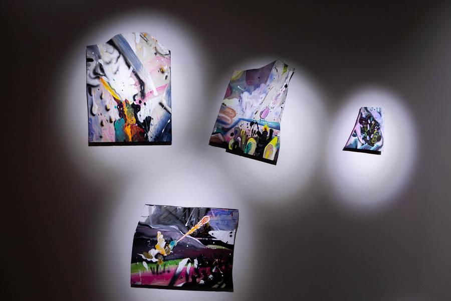 藝術家陳昱凱作品「白色之前之後」,誰說畫作一定要四方端正?陳昱凱以白色的牆面作為時間軸,隨機的圖像在失控與直覺間來回互動,帶來觀感上的衝擊與新體驗。(袁庭堯攝)
