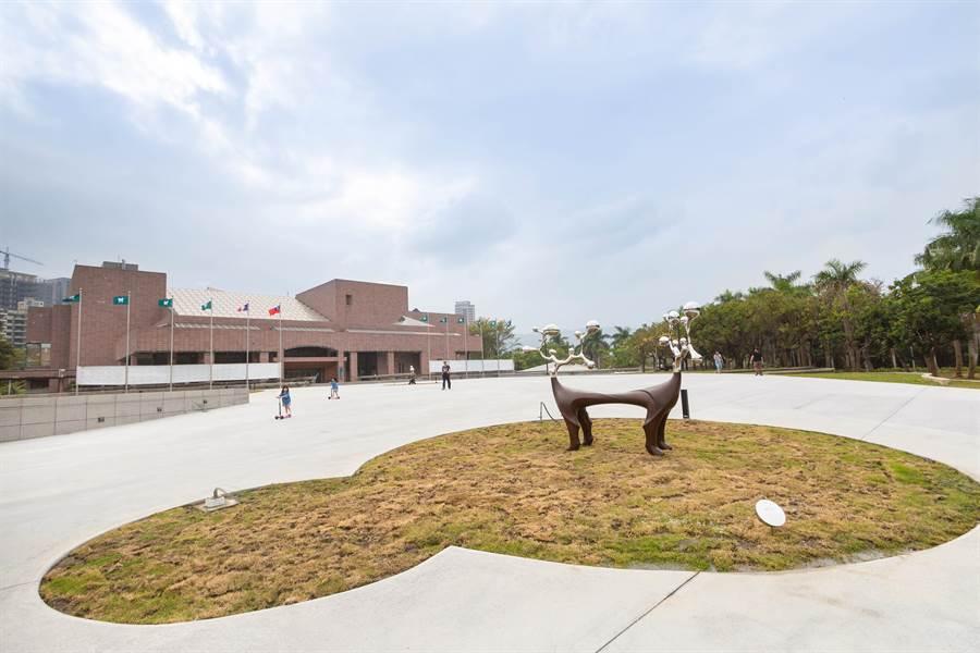 「感動鼠」兒童暨青少年彩繪高美特展,43所南區國中小學校共發表215個代表家鄉特色的文化色彩。(袁庭堯攝)