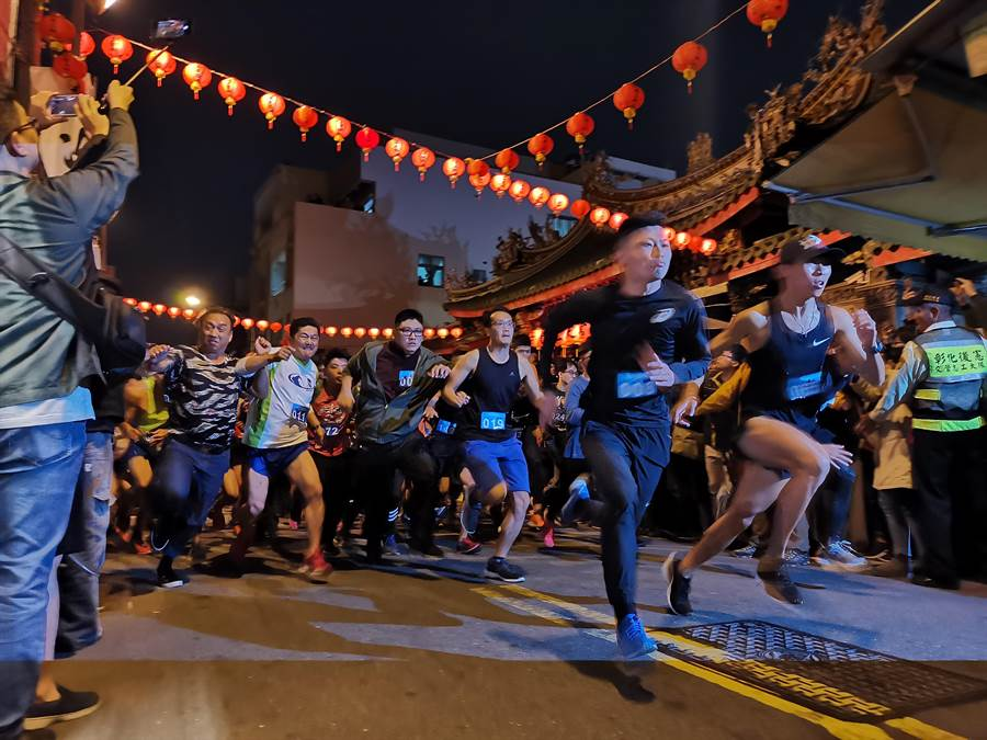 彰化南瑤宮今天舉辦路跑拜頭香活動,吸引超過千人到現場朝聖。(吳建輝攝)