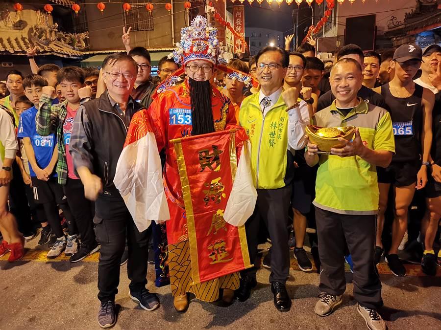 有民眾裝扮成財神爺到現場比賽,成功吸引民眾目光,爭相拍照。(吳建輝攝)