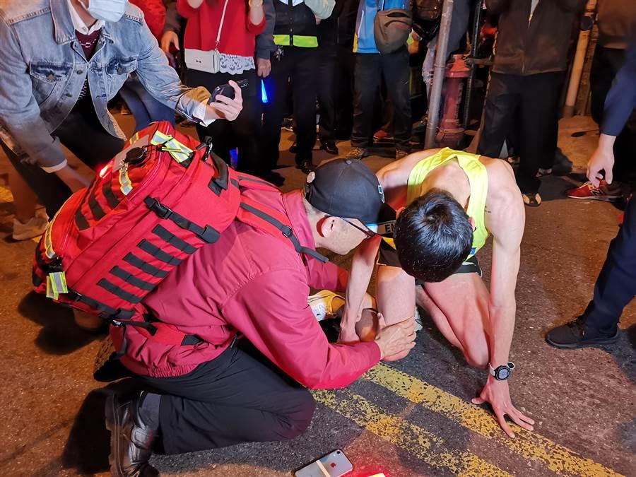 由於現場道路狹窄動線不佳,害許多選手在衝刺出去時跌倒受傷,有選手疑似跌倒扭傷腳痛到無法行走。(吳建輝攝)