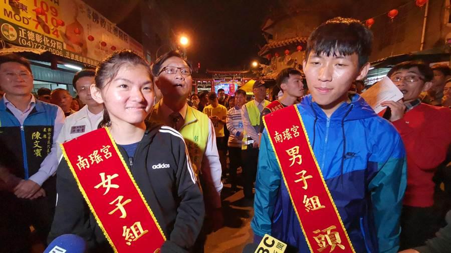 此次比賽男女組別冠軍都是由國立台灣體育運動大學競技系1年級的同學奪下,黃登顯(右)與鄭宜瑄(左)兩人是同班同學,相約一起來跑,沒想到都獲得冠軍。(吳建輝攝)