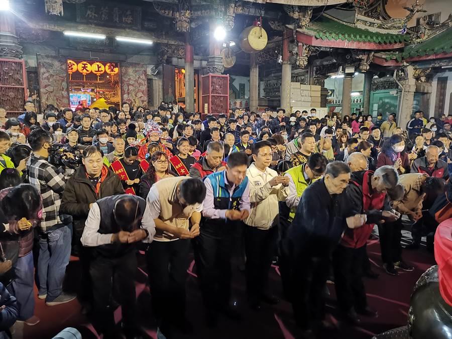路跑結束後由彰化市長帶領所有鄉親,進到廟內拜頭香。(吳建輝攝)