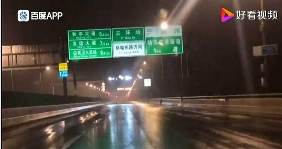 平時車流量極大的公路,在封城後顯得空蕩蕩。(圖/好看視頻)