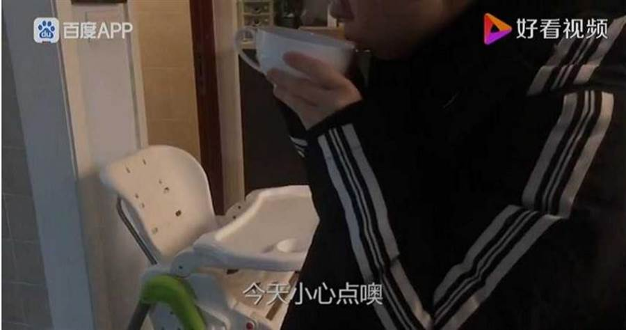 陸堯每天早上幫妻子煮咖啡,提醒她在疫區採訪要小心。(圖/好看視頻)