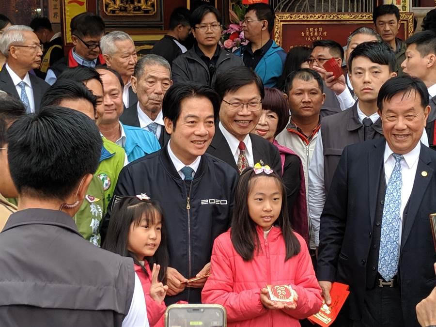 準副總統賴清德大年初一到台南首廟天壇發紅包,與民眾開心合照。(莊曜聰攝)