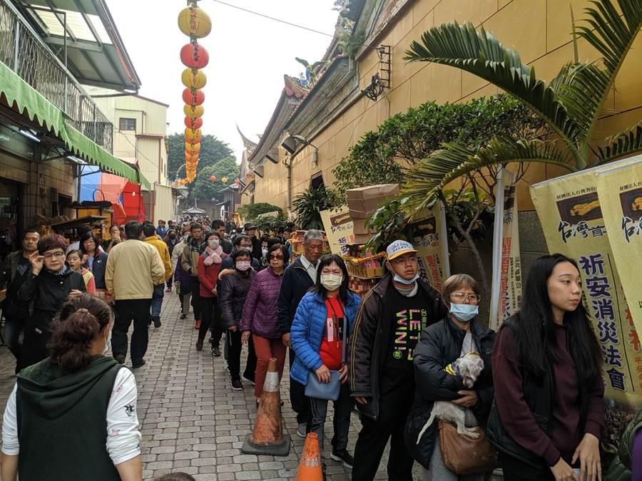 準副總統賴清德大年初一到台南首廟天壇發紅包,排隊人潮約百公尺。(莊曜聰攝)(莊曜聰攝)