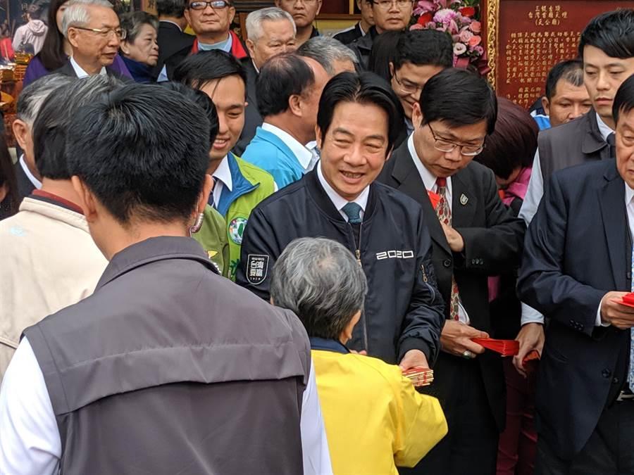 準副總統賴清德大年初一到台南首廟天壇發紅包,心情愉快。(莊曜聰攝