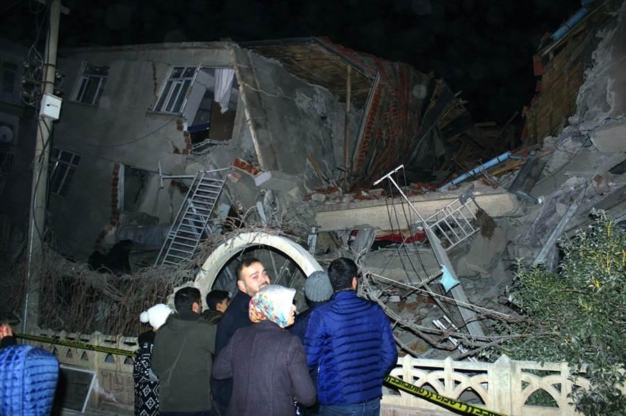 土耳其東部發生6.8強震,震央附近的艾拉齊省省會艾拉齊,許多水泥公寓都倒塌,悻存者看著垮掉的家園不知該怎麼辦。 (圖/美聯社)