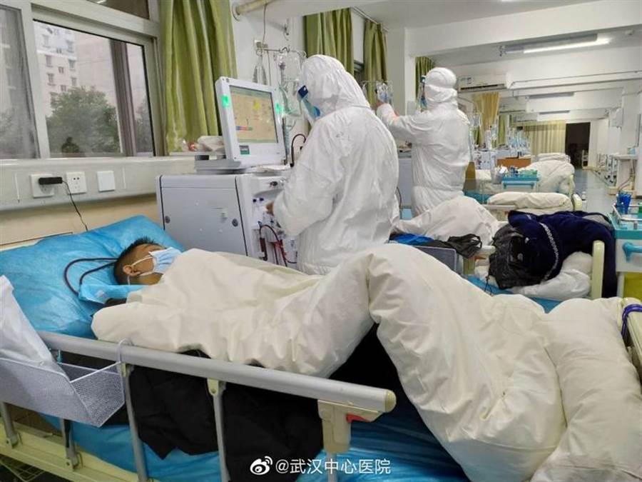 圖為武漢市中心醫院為民眾治療肺炎的情形。(資料照片 路透)