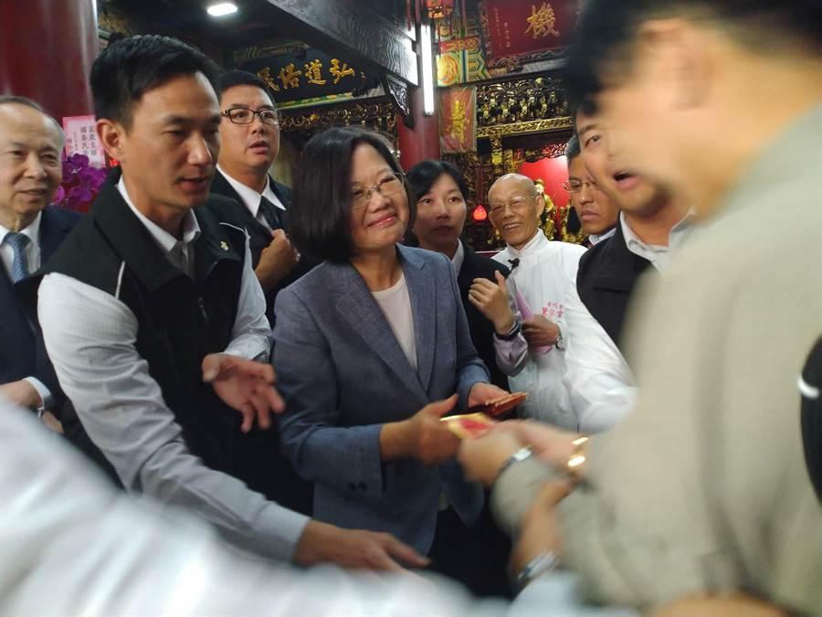 大年初一,總統蔡英文新春參香祈福首站在大龍峒覺修宮發福袋。(許家寧攝)