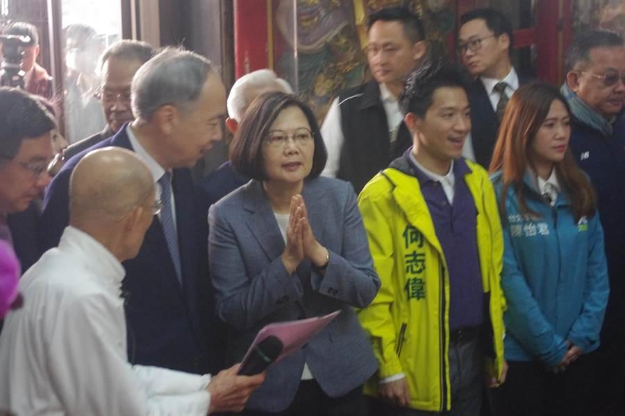 蔡英文一早9點至台北覺修宮祈福。(許家寧攝)