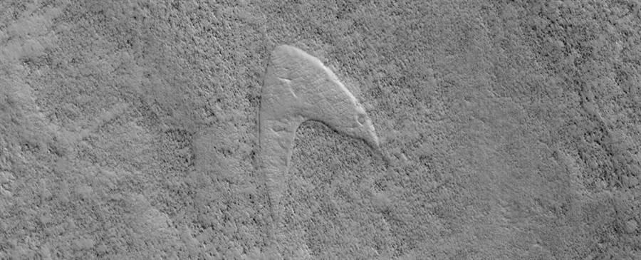 航太總署公布的火星地型照片,沙丘的模樣酷似星際艦隊標誌。(圖/NASA)