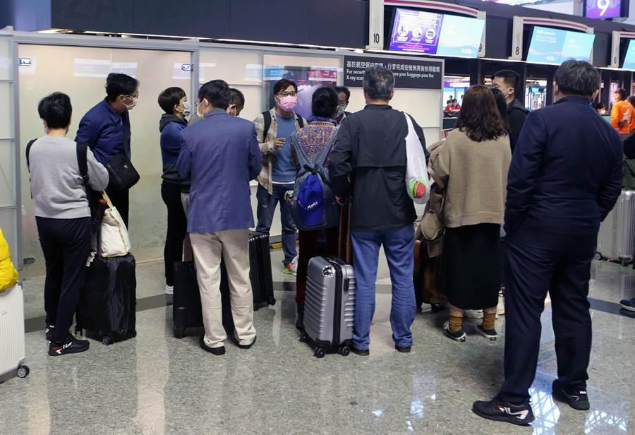 觀光局安排在25日下午讓與該陸女同團的團員搭機離台,至於其他大陸團觀光局也指示旅行社暫停行程,提前準備離境。(陳麒全攝)