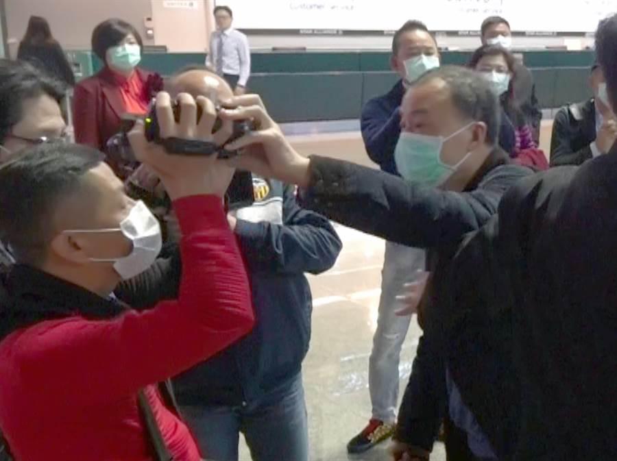 媒體採訪拍攝,引發該團少數團員情緒不滿,大聲咆哮制止拍攝,還有團員激動的上前抓拿記者攝影機動作。(旅客提供)