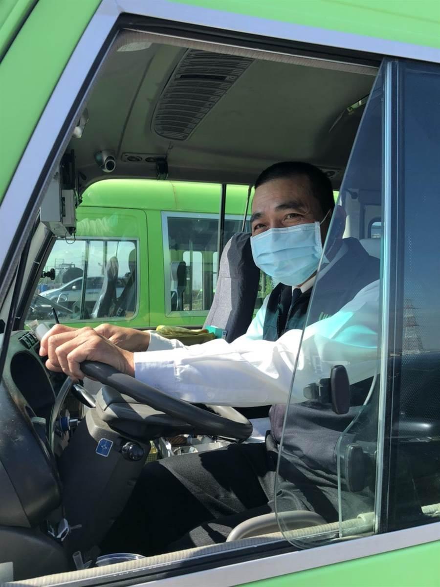 為加強防疫,中市要求各客運公司於駕駛員報到時增加體溫檢查,出勤時配戴口罩。(台中市政府提供/台中馮惠宜傳真)