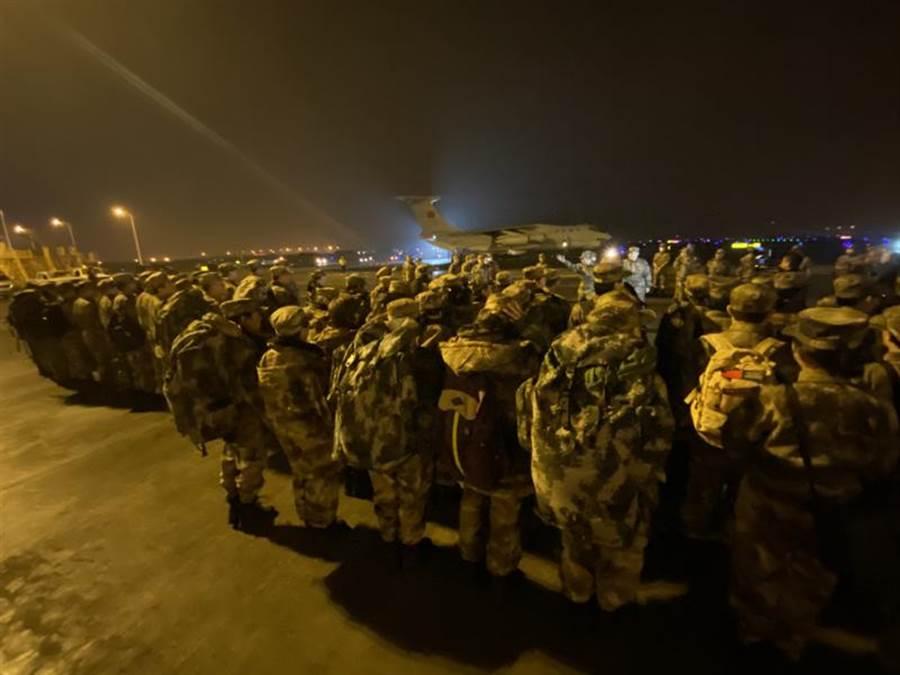 陸軍軍醫大學抽調精幹醫務人員,組建了150人的醫療隊。他們1月24日除夕夜從重慶江北國際機場出發,連夜飛赴武漢支援抗擊新型冠狀病毒所引發的肺炎疫情。(新華社)