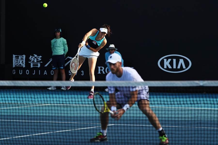 詹皓晴(後)與韋納斯(前)搭檔,在澳網混雙首輪旗開得勝。(WTA提供/廖德修台北傳真)
