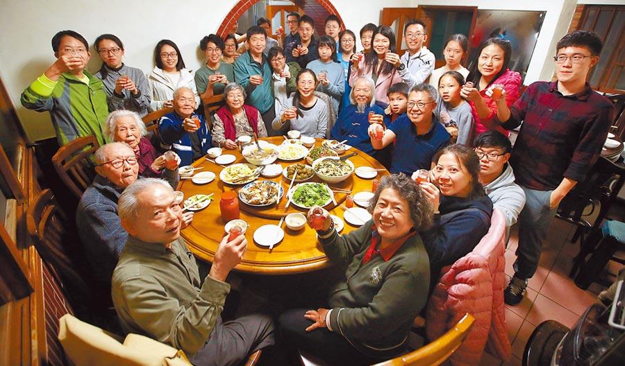 除夕夜是家人團聚的時刻,吃年夜飯時晚輩向長輩舉杯敬酒,互道新年快樂。(范揚光攝)(飲酒過量有礙健康)