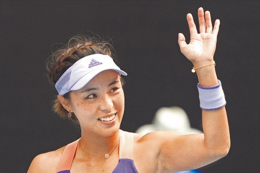 王薔在澳網女單淘汰小威廉絲,賽後向場邊揮手微笑。(美聯社)