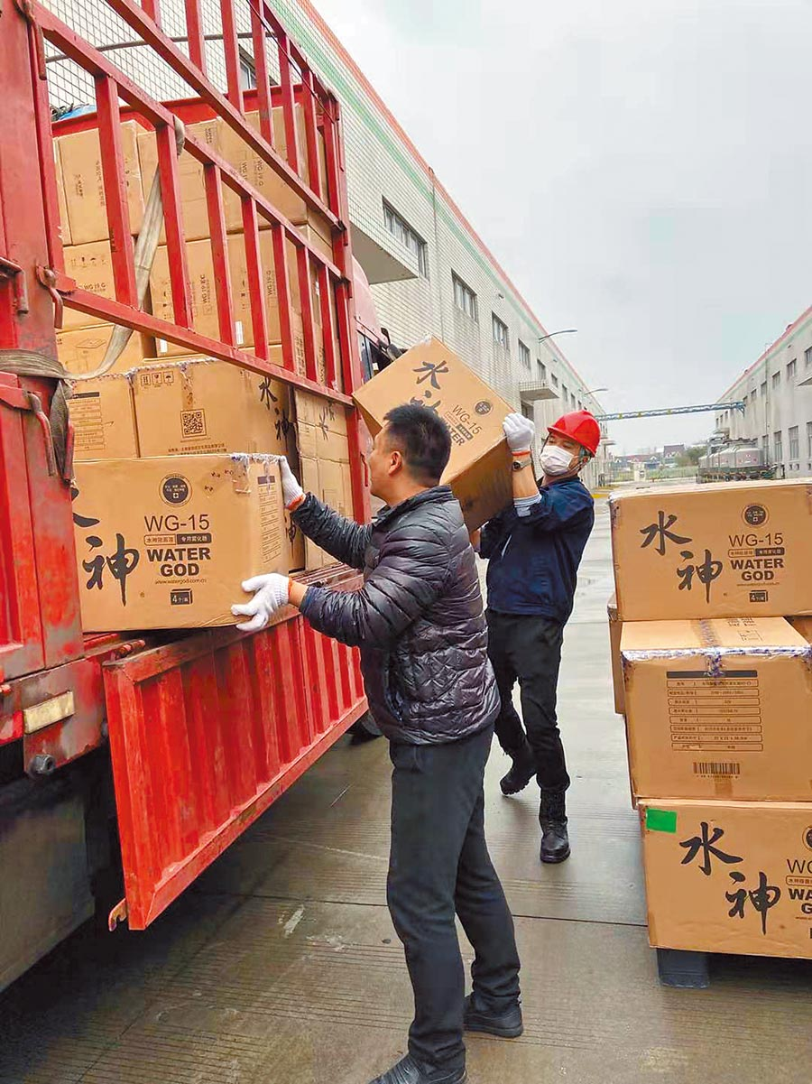 旺旺集團心繫武漢人民,迅速與湖北紅十字會取得聯繫,將旗下產品水神消毒除菌產品第一時間送往武漢各醫療機構。(旺旺集團提供)