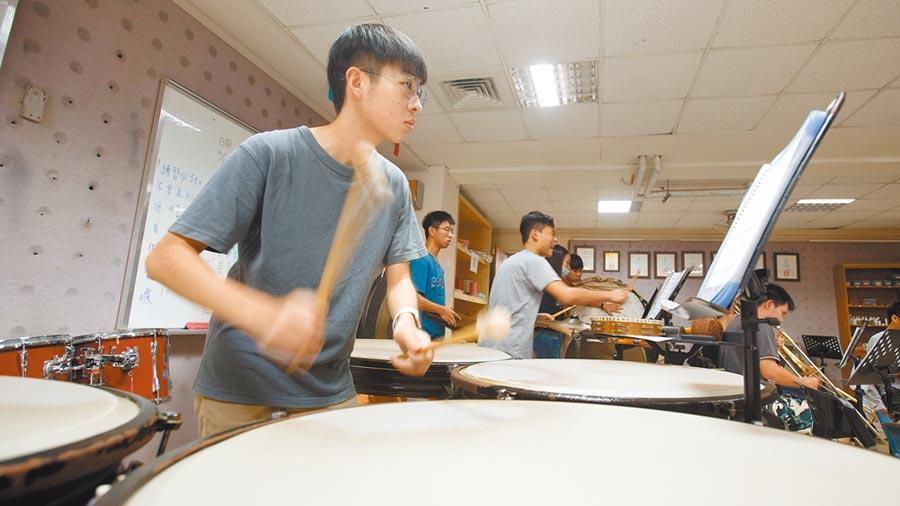 宜蘭高中管樂社的學生在黃培彥的帶領下,用著假日的時間加練,為了能在音樂比賽上獲得好成績。