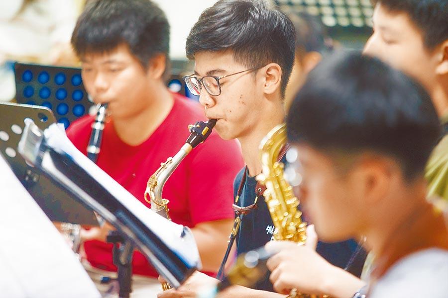 對於即將考大學而離開管樂社的高三同學,黃培彥表示,是高三的學弟妹們找我進來的,如果不能帶他們去全國賽,我會覺得對他們非常不好意思。