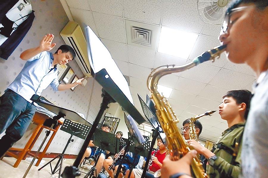 宜蘭高中校訓是「全校一家」,讓黃培彥(左)覺得必須要回來擔起傳承的責任,特別是宜中管樂社的學長學弟間的連結很強,這裡就是個大家庭。