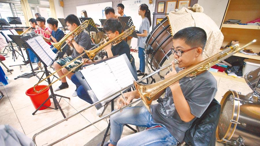 為了能在音樂比賽上獲得好成績,宜蘭高中管樂社的學生無不在每次練習時都專注萬分。