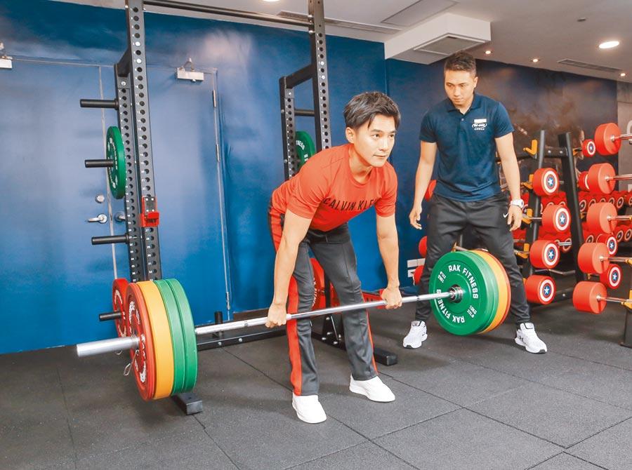 是元介(左)挑戰100公斤硬舉,教練Roger在一旁盯緊姿勢。(盧禕祺攝)(場地提供:GO GYM健身俱樂部-小巨蛋館)