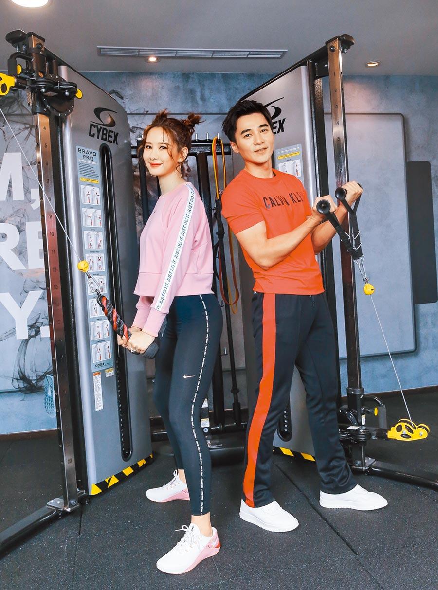 安心亞(左)與是元介示範滑輪鍛鍊身體。(盧禕祺攝)(場地提供:GO GYM健身俱樂部-小巨蛋館)