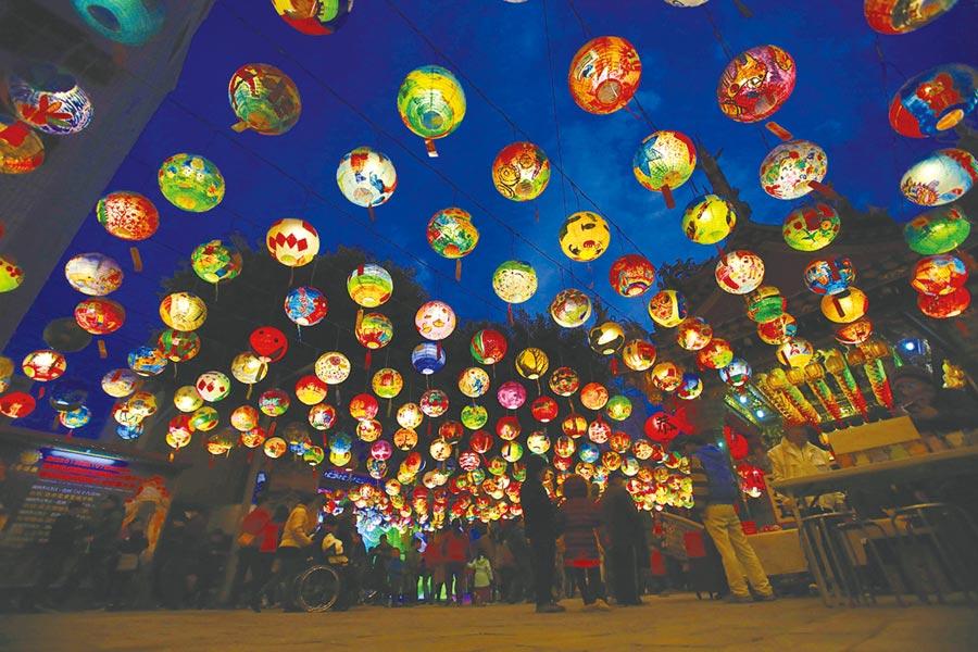 SOGO忠孝館台南普濟殿彩繪花燈精采奪目,展至29日。(SOGO提供)