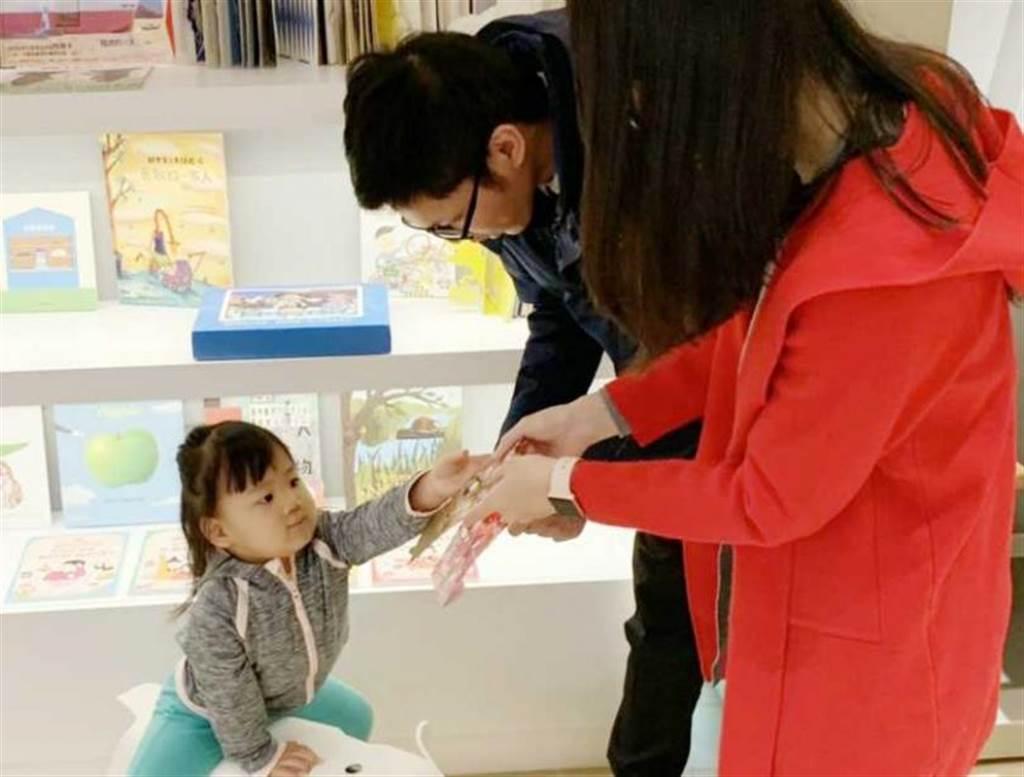 許多家長會透過「紅包」壓歲錢引導孩子從小建立財物智商觀念。(圖/北富銀提供)