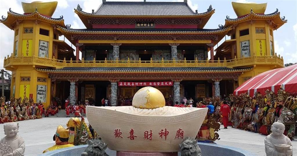 嘉義歡喜財神廟採取獨特「集頭香」,避免民眾搶頭香引發的肢體碰撞。(圖/廟方提供)
