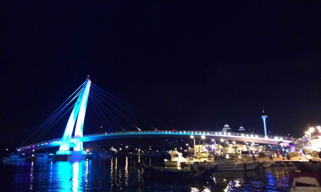 情人橋浪漫光雕,夜之虹彩別具特色。(圖取自新北市漁業處官網)
