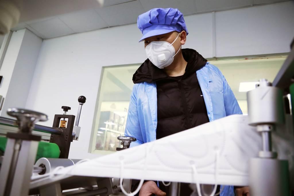 英國專家估計,武漢肺炎根據當前傳播速率平均會傳染給2至3人,若疫情持續未減弱,預測至2月4日前將會明顯擴大。圖為上海郊區奉賢一家專業生產kn95口罩的工廠內,工人加班加點生產口罩。(中新社)