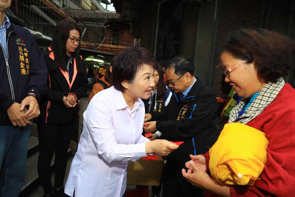 台中市長盧秀燕(左)大年初二一早就到大甲鎮瀾宮發送紅包,並向媽祖祈求市民平安健康。(林欣儀攝)