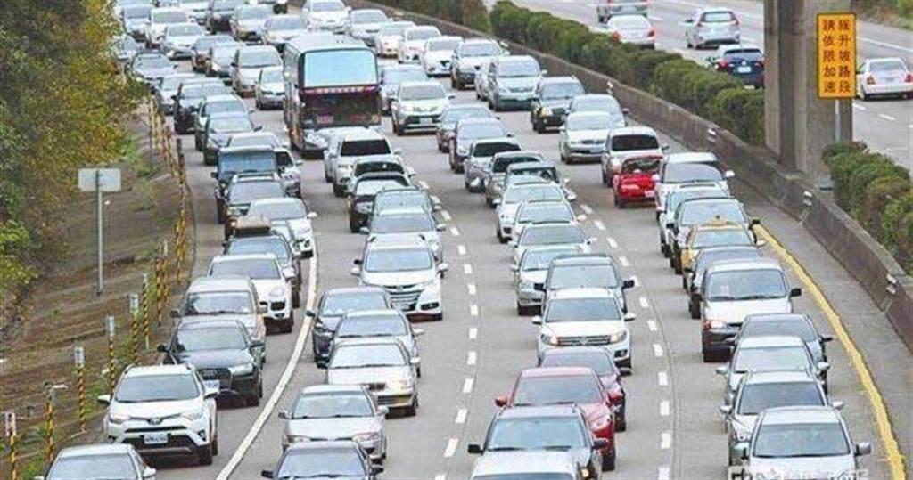 高公局預估今天下午車潮將比上午更嚴重,呼籲用路人多利用替代道路。(圖/報系資料照)
