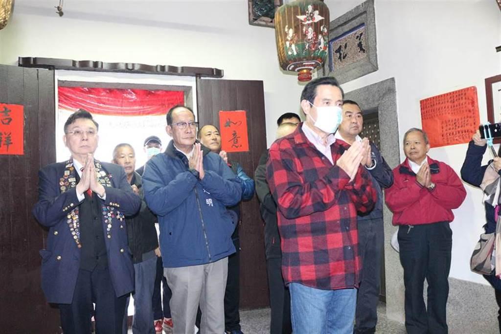 前總統馬英九26日回到苗栗通霄馬家庄祭祖,全程緊戴口罩防疫。(巫靜婷攝)