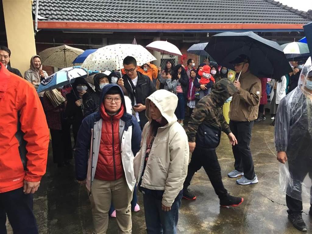 前總統馬英九26日回到苗栗通霄馬家庄祭祖,約有近50 名熱情馬粉與鄉親,不畏風雨排隊等領金鼠年福卡。(巫靜婷攝)