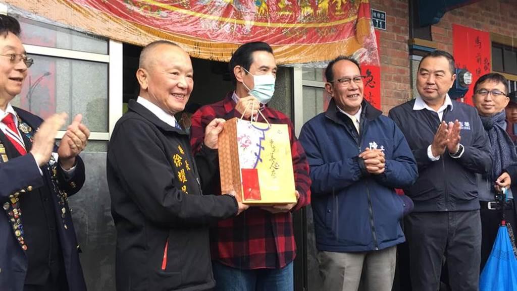 苗栗縣長徐耀昌致贈在地東方美人茶給前總統馬英九。(巫靜婷攝)