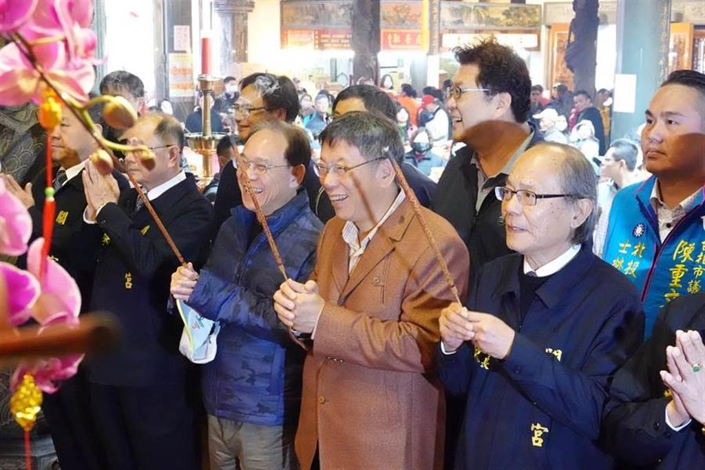 台北市長柯文哲26日前往關渡宮祈福。(姚志平攝)