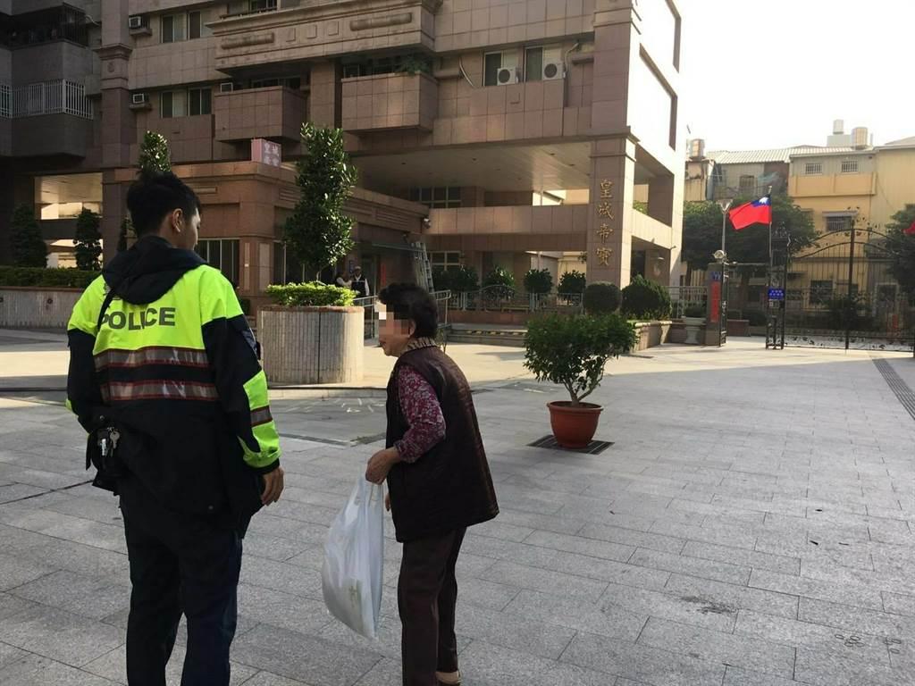 台中市一名阿嬷春節前採買年貨迷路,幸好熱心員警幇忙返家。(翻攝照片/盧金足台中傳真)